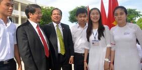 Dự lễ khai giảng năm học mới, Bí thư Tỉnh ủy Nguyễn Đức Hải động viên học sinh: Các em phải gắng học tốt ngoại ngữ để hội nhập