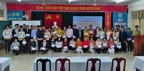Cựu học sinh trường THPT chuyên Nguyễn Bỉnh Khiêm trao học bổng cho học sinh nghèo vượt khó học giỏi