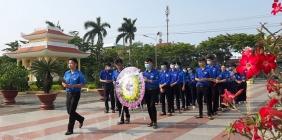 Đoàn viên thanh niên dâng hương tại nghĩa trang liệt sĩ thành phố